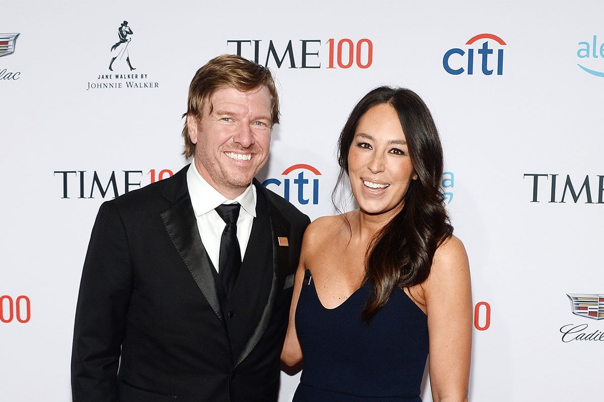 Chip Gaines and Joanna Gaines smiling and posing together at a red carpet event.