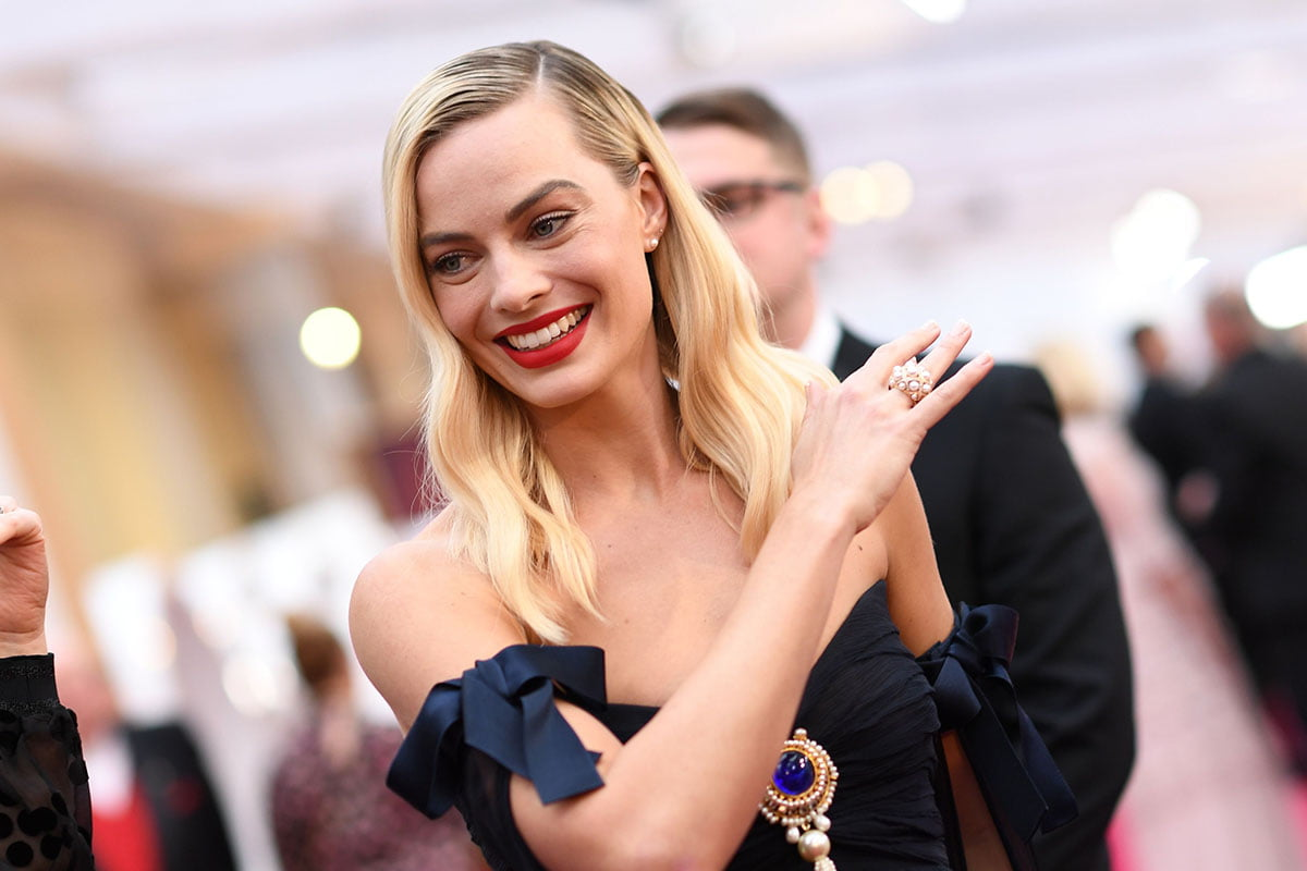 Margot Robbie smiling at the Academy Awards 2020