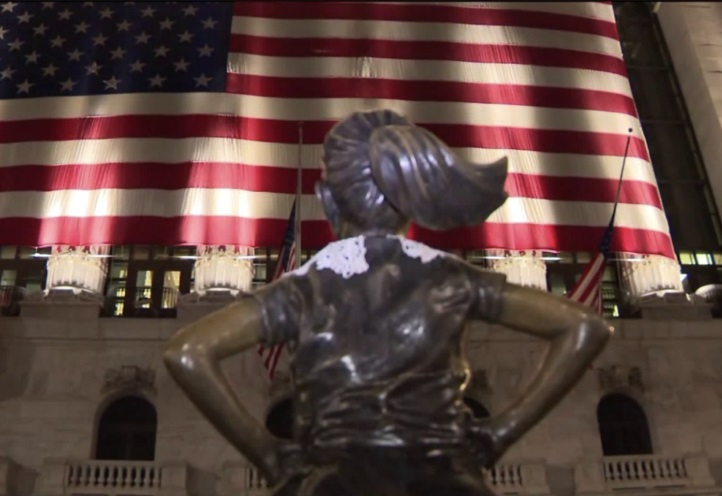 Fearless Girl Statue In Manhattan Is Wearing A Lace Collar In Honor Of Ruth Bader Ginsburg